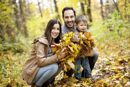 Glückliche Familie , die draußen im Herbstpark sich entspannt Standard-Bild - 86443059
