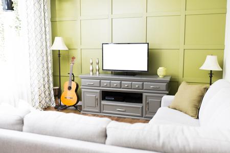 Un petit salon moderne dans une maison d'exposition.