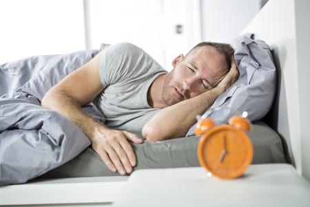 Tijd om wakker te worden. Moeide man in het bed Stockfoto - 86527843