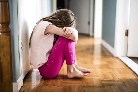 Ein trauriges Mädchen zu Hause, das irgendein Problem hat Standard-Bild - 86583613