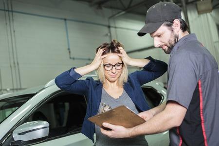 차고에서 자동차 정비사와 여성 고객