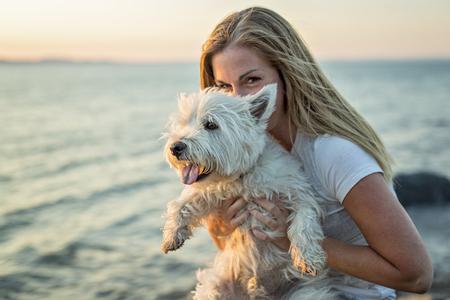 Un portrait de belle fille garder jolie chien de chou blanc de la sibérie Banque d'images - 86686183