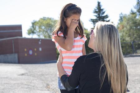 maestro enseña a una chica en los patios Foto de archivo