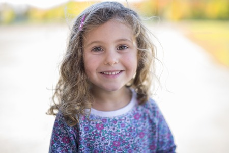 어린 소녀 카메라 미소.