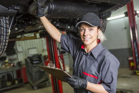 86747401-mujer-mec%C3%A1nico-que-trabaja-en-el-coche-en-su-tienda.jpg