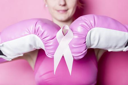 Vecht voor de vrouw van Borstkanker met symbool op roze achtergrond