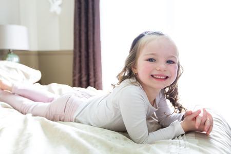 meisje lag bed thuis Stockfoto