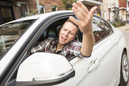 차를 몰고 자극 된 젊은 남자. 자극을받은 운전자