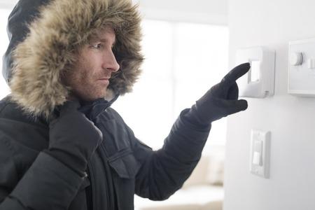 Man met warme kleding gevoel de koude binnenkant huis Stockfoto - 93073164