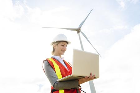 Ein Techniker Frau Ingenieur in Wind Turbine Power Generator Station Standard-Bild