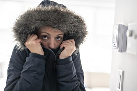 Donna con vestiti caldi che sente il freddo dentro casa