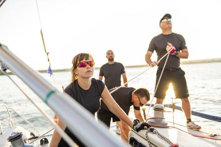 Athlètes de l'équipe Yacht s'entraînant pour la compétition