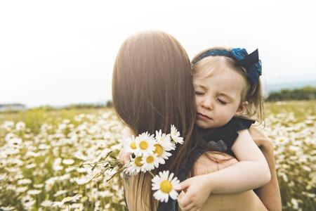 Moeder tijd doorbrengen met dochter tijdens de zonsondergang.