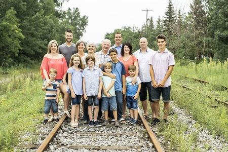 Famille nombreuse avec cousin grand-parent père et enfant sur une forêt