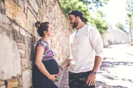 Pregnant couple portrait outside in the neighborhood 免版税图像