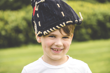 Young baseball play with glove on the head Imagens