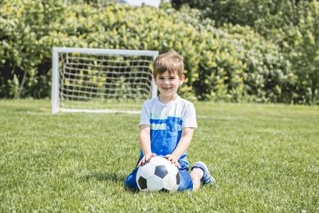 Young caucassian soccer player football outside Foto de archivo - 112658963