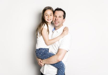 Ein Mädchen mit seinem Vater, isoliert auf weißem Hintergrund