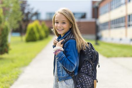 Geweldig portret van de leerling buiten de klas draagtassen
