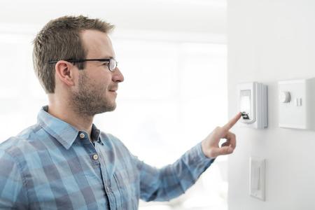 Un buen hombre puso el termostato en casa.