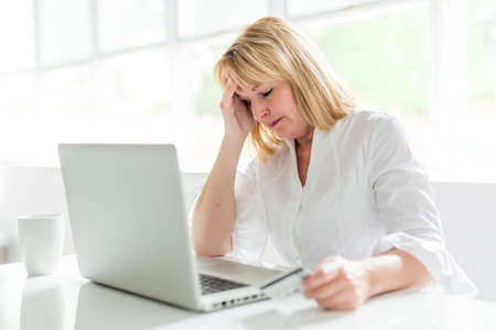 mature woman using laptop at home Imagens