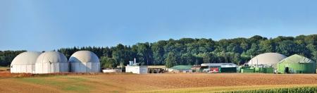 biomasa: Bio combustible panorama planta con el bosque en segundo plano Editorial