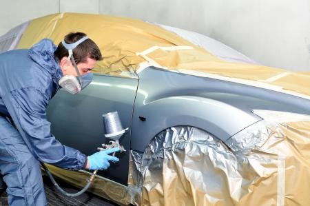 carroceria: Trabajador que pinta un coche Foto de archivo