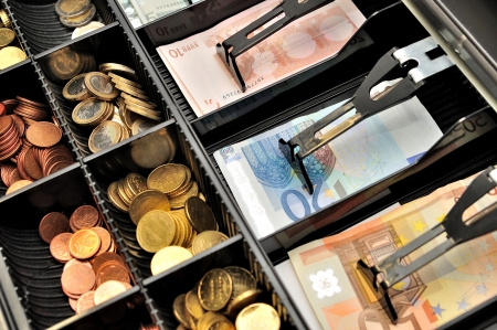 caja registradora: Billetes y monedas en euros en una caja Foto de archivo