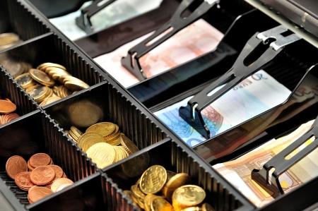 Euro-Banknoten und-Münzen in einer Geldkassette