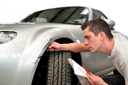 reclamo: Experto en seguros de coche, aislado sobre fondo blanco. Foto de archivo