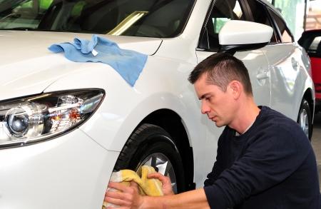 depilacion con cera: Limpieza de un coche whie hombre