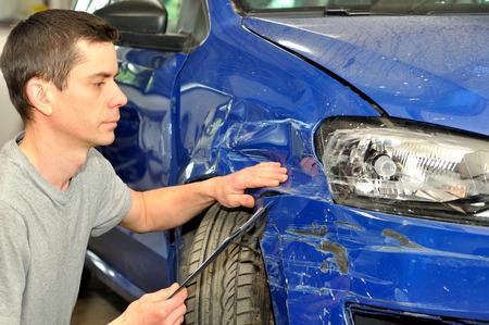Man inspectie auto schade na een ongeval Stockfoto