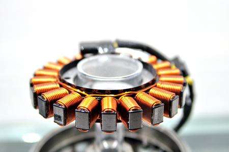 cobre: alternador motocicleta hecha de alambre de cobre. Foto de archivo