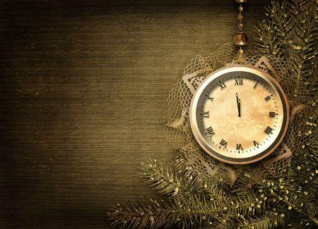 reloj antiguo: Reloj antiguo con encajes y firtree en el fondo abstracto