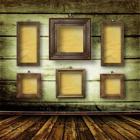 grunge interior: Vieja sala, interior de grunge con marcos en estilo barroco