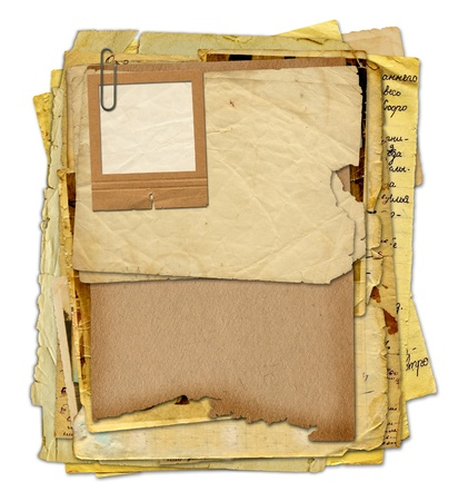 Archivo antiguo con cartas, fotos sobre el blanco aislaron de fondo