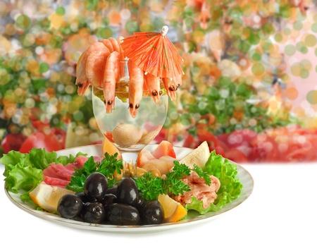 carnes y verduras: Aperitivo de camarones, pescado, carnes, aceitunas y hortalizas frescas