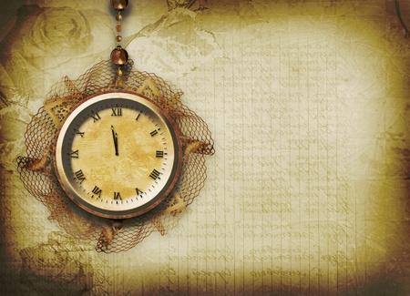 horloge ancienne: Cadran de l'horloge antique avec de la dentelle sur le fond abstrait