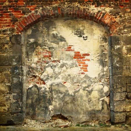 pared rota: Colapso de muro de piedra de una casa antigua con mamposter�a de ladrillo