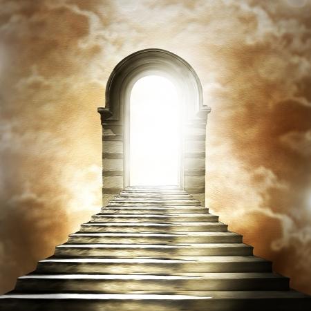 cielo: Escalera que conduce al cielo o al infierno. Luz al final del túnel Foto de archivo