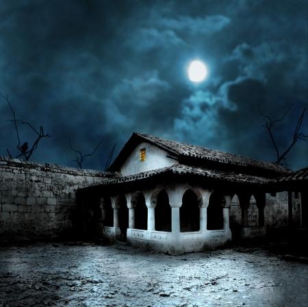 Halloween pompoenen in de tuin van een oud huis in de nacht in het heldere maanlicht Stockfoto