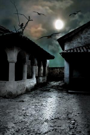 寒いハロウィーンの不気味な月夜に怖い暗い中庭