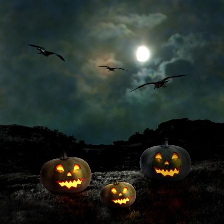 bruja: Calabazas de Halloween en el patio de una casa antigua en la noche bajo la luna brillante