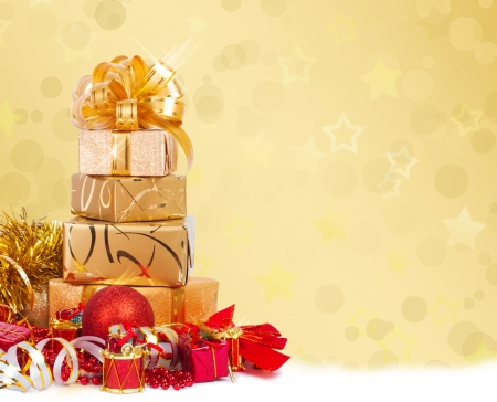 lacet: Gift box in gold wrapping paper on a beautiful abstract background