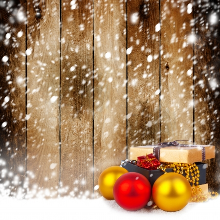 lacet: Golden gift box with Christmas balls and garlands of beautiful beads on wooden background