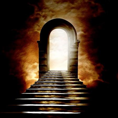 천국이나 지옥으로 이어지는 계단. 터널의 끝에서 빛 스톡 콘텐츠