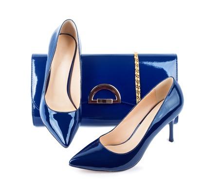 Belle scarpe blu con frizioni su sfondo bianco isolato