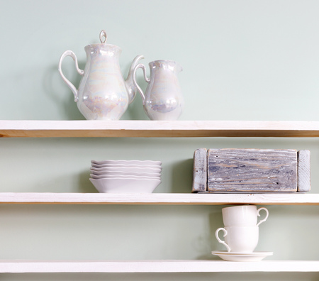 Set of tea cups and  ceramic teapot  on wooden shelf Banque d'images