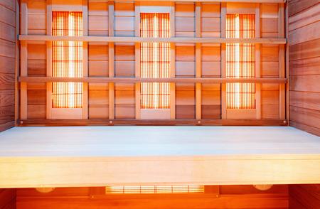 Interior de la sauna de madera clásica vacía, paneles de infrarrojos Foto de archivo