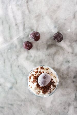 Ice cream with cherry berries on  beautiful marble countertop background. Top view flat lay Banque d'images - 124901732